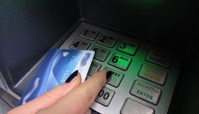 Pilnuj�c kart bankomatowych i pinu, chronimy swoje pieni�dze.