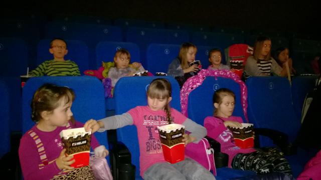 Wychowankowie Chobie�skiego O�rodka Kultury w kinie