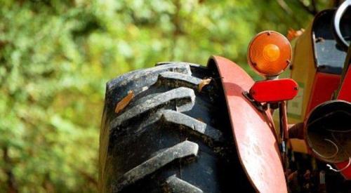 Traktor wjecha� do rowu, maszyna rolnicza zablokowa�a drog�