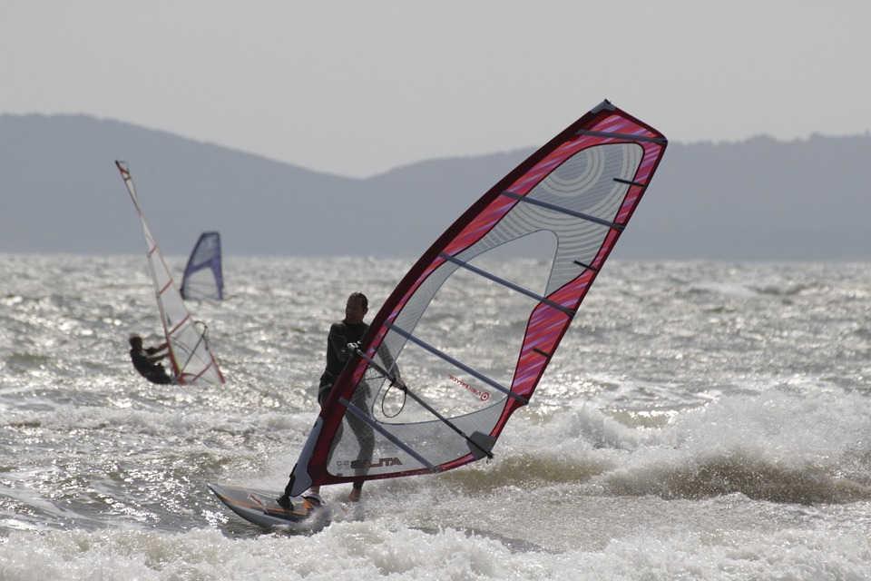 Windsurfing – co to za sport i jak si� go uczy�?