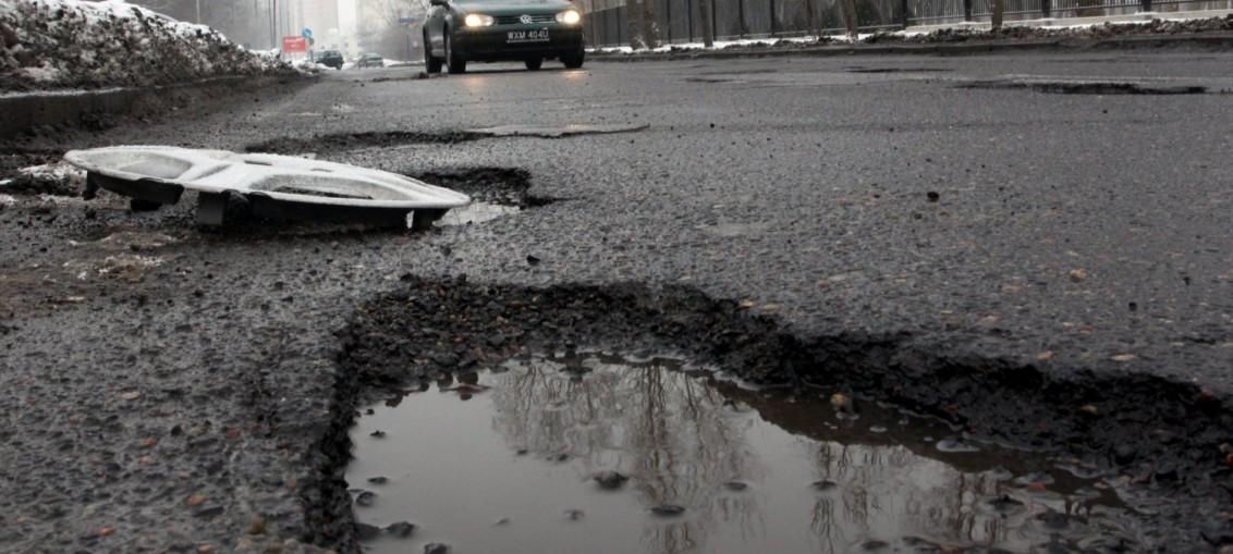 Nieoznakowana dziura w drodze? Dowiedz się kto zapłaci za szkody