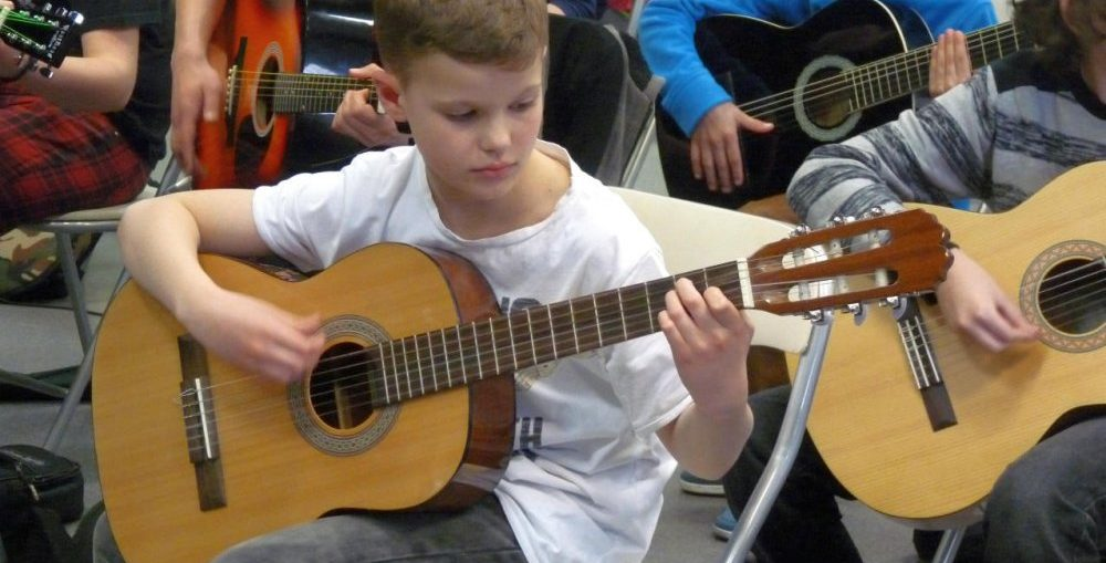 Zapisy na zaj�cia gitarowe w MDK