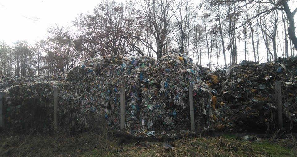 Protest mieszka�c�w przeciw smrodowi i dzikiemu sk�adowisku odpad�w w K�opotowie